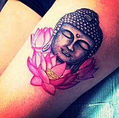tatouage femme bouddha cuisse et 3 fleurs roses de lotus