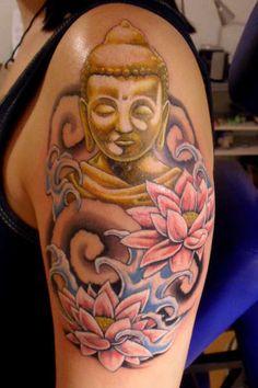 tatouage femme bouddha et fleurs de lotus epaule et bras