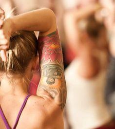 tatouage femme bouddha haut du bras grand lotus