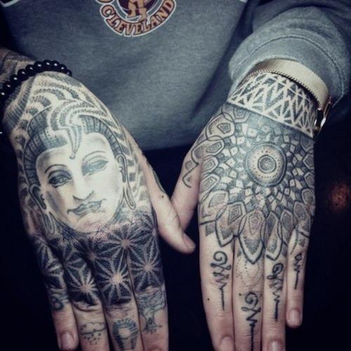 tatouage femme bouddha main entiere mandala