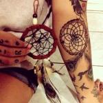 tatouage indien attrape reve femme bras avec plumes de paon