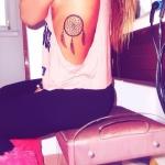 tatouage indien attrape reve femme cote trois plumes couleur