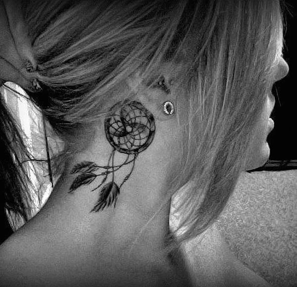 tatouage indien attrape reve femme discret dans le cou
