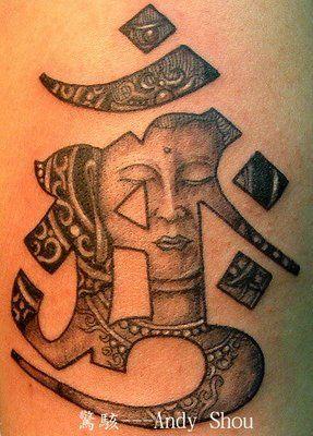 tatouage symboles bouddhistes fille dans le motif om