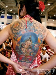 tatouage symboles bouddhistes fille dos entier