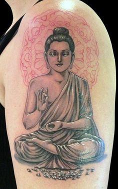 tatouage symboles bouddhistes fille epaule et bras position de lotus