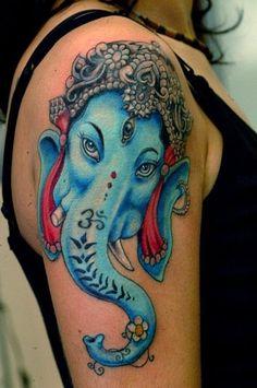 tatouage symboles bouddhistes fille tete de ganesh sur epaule et bras