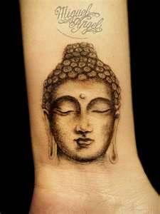 tatouage tibetain tete bouddha femme poignet