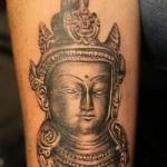 tatouage tibetain tete statut bouddha femme interieur bras