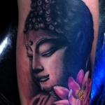 tete de bouddha tatouage femme et fleur de lotus rose