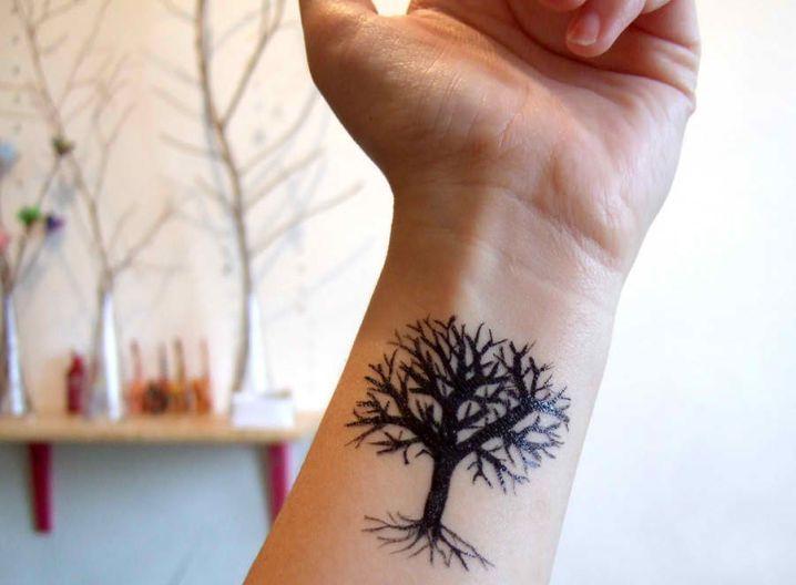 arbre femme a tatouer interieur poignet