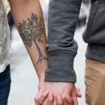 arbre feuillu femme a tatouer interieur avant bras