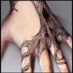 exemple tatouage racines arbre sur la main et 4 doigts femme