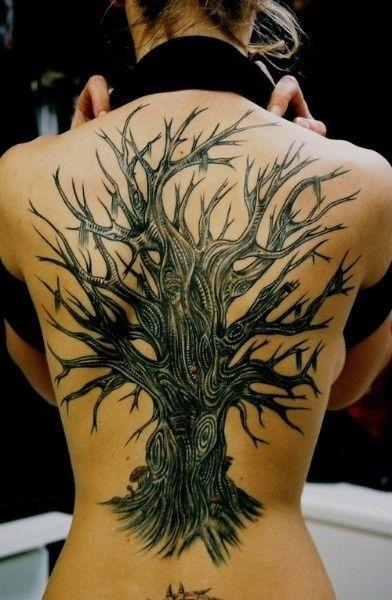 grand modele tatouage arbre epais avec branches nombreuses