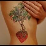 idee tattoo arbre femme et coeur dans les racines
