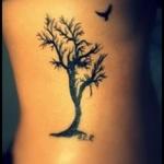 idee tattoo arbre femme sans racine avec un oiseau