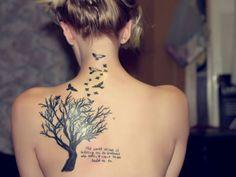 photo tattoo feminin arbre aux grandes branches paragraphe et oiseaux dos et nuque