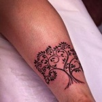 photo tattoo feminin arbre cheville mollet