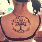 photo tattoo feminin arbre de vie dos avec phrase en cercle
