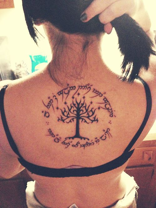 Arbre De Vie Tatouage Signification photo tattoo feminin arbre de vie dos avec phrase en cercle
