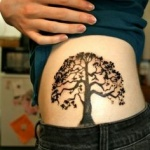 photo tattoo feminin arbre de vie flanc