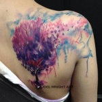 photo tattoo feminin arbre feuillu colore aquarelle dos et omoplate