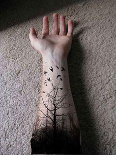 photo tattoo feminin arbres foret avant bras et oiseaux