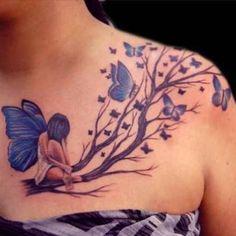 photo tattoo feminin branches arbre avec fee et papillons bleus haut de poitrine et epaule