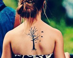 tatouage arbre simple femme dos avec 4 oiseaux