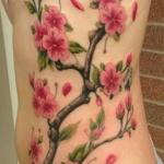 tatouage branches arbre japonais fleurs de cerisier flanc femme