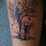 tatouage femme 2 arbres avec silhouette dans le tronc