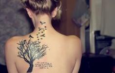 tatouages femme sur les arbres