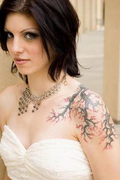 tatouage femme arbre cerisier japonais branches sur epaule