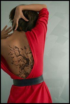 tatouage femme arbre dos avec grandes branches