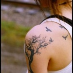tatouage femme arbre nature oiseaux sur epaule et dos