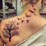 tatouage femme envolee d oiseaux sur la nuque et tattoo omoplate arbre