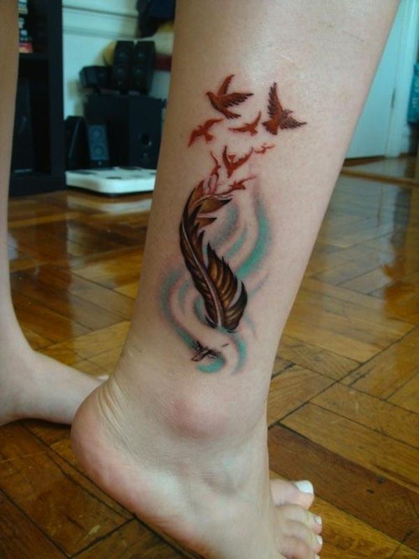 exemple tatouage plume cheville femme avec envol oiseaux