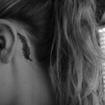 exemple tatouage plume femme discret derriere oreille