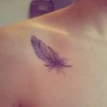 idee tattoo oiseau plume femme texture dentelle guipure noir et rouge