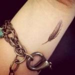 idee tattoo petite plume femme discret poignet