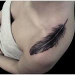 idee tattoo plume noire femme epaule