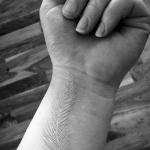 modele tatouage discret plume blanche interieur du poignet