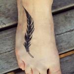 modele tatouage plume noire sur le pied