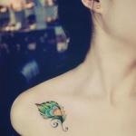petit tatouage femme plume de paon epaule