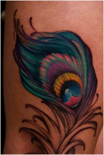 photo tattoo feminin plume de paon cuisse
