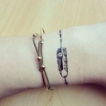 plume tatouage bracelet discret femme au poignet