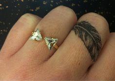 plume tatouage doigt majeur bague femme