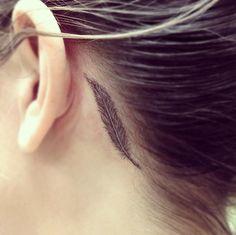 plume tatouage femme derriere oreille tres discret