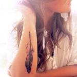 plume tatouee sur la longueur du poignet feminin
