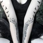 plumes femme tatouees symetriquement sur chaque bras avec oiseaux